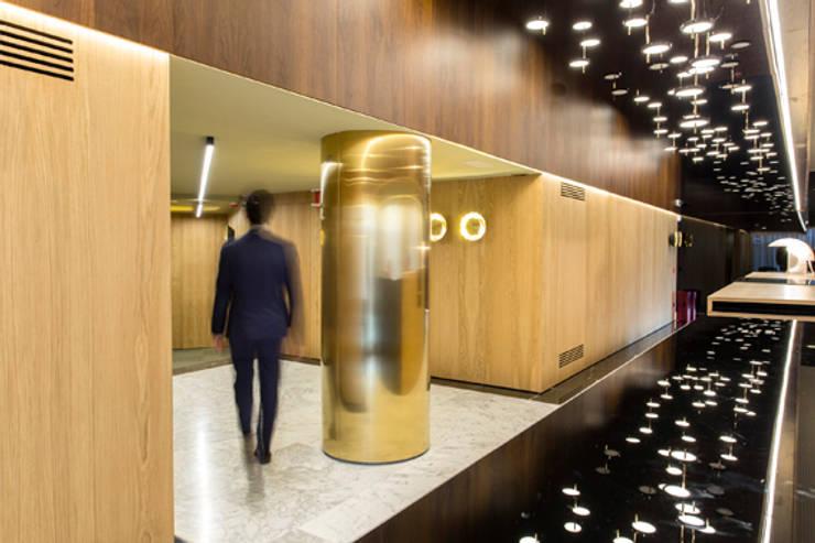 Lámpara Nenúfar en entidad bancaria: Oficinas y Tiendas de estilo  de Marset