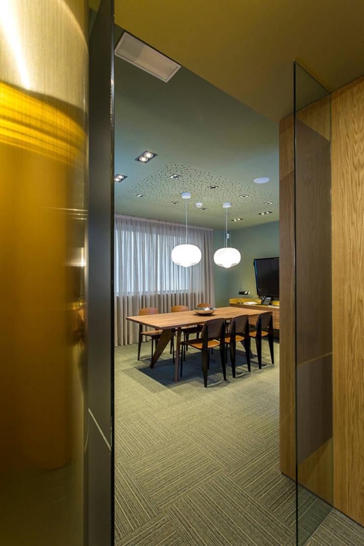Lámpara Hazy Day en entidad bancaria: Oficinas y Tiendas de estilo  de Marset
