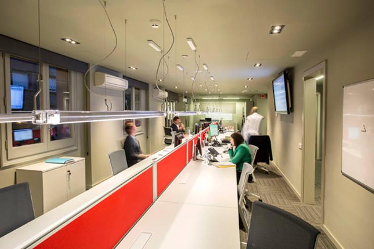 Lámpara Neón de Luz en entidad bancaria: Oficinas y Tiendas de estilo  de Marset