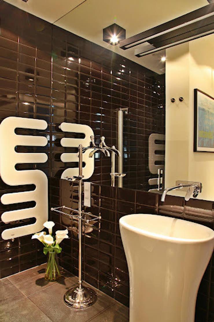 mała czarna łazienka gościnna - projekt i realizacja Anyform: styl , w kategorii Łazienka zaprojektowany przez anyform