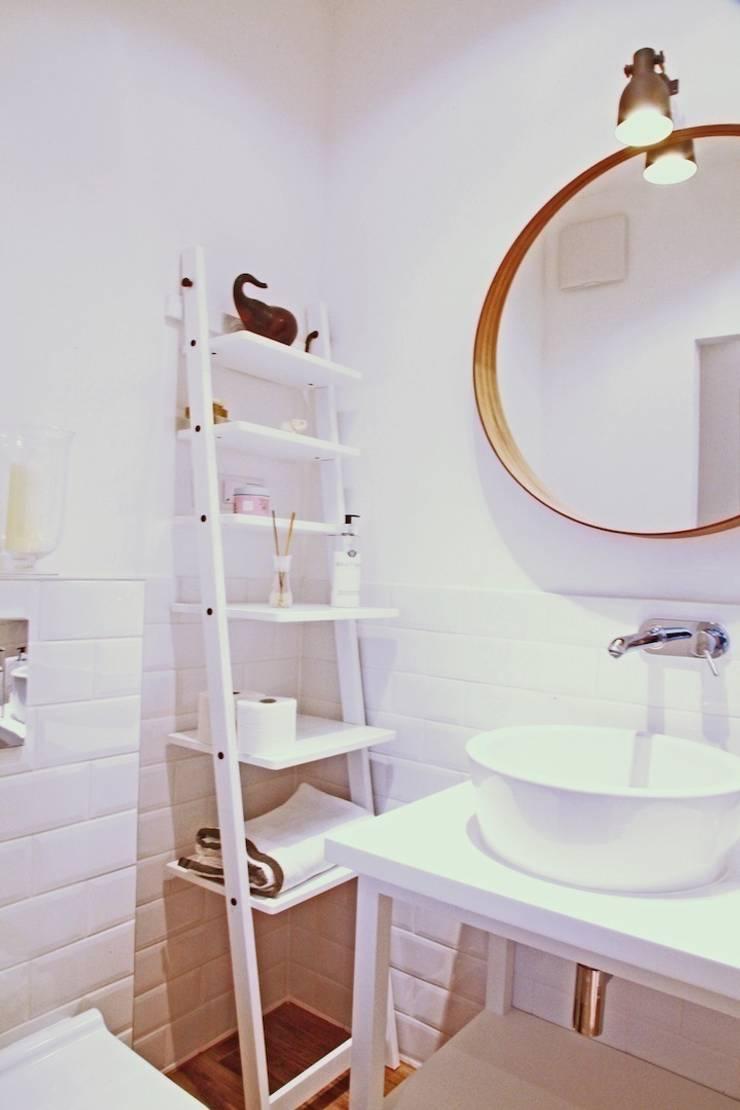 mała biała łazienka gościnna w szafie – projekt i realizacja Anyform: styl , w kategorii Łazienka zaprojektowany przez anyform