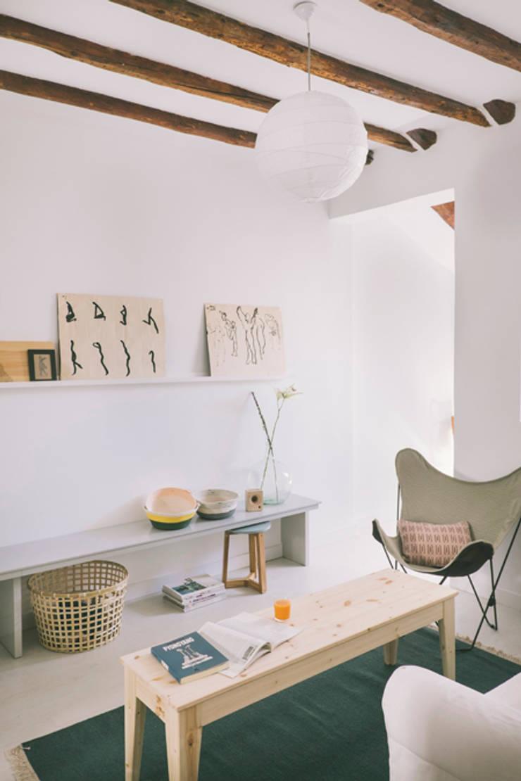 Buhardilla zona Malasaña, Madrid 2015: Salones de estilo  de nimú equipo de diseño