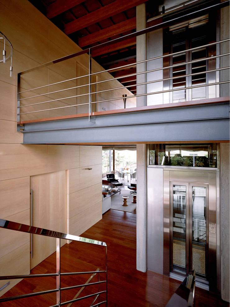Distribuidor con ascensor: Pasillos y vestíbulos de estilo  de Artigas Arquitectes