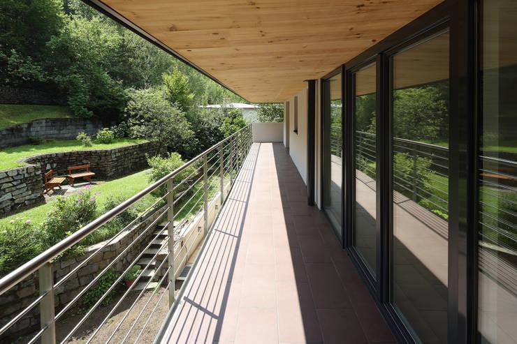 Sanierung und Erweiterung Wienerwaldhaus:  Terrasse von wessely architektur