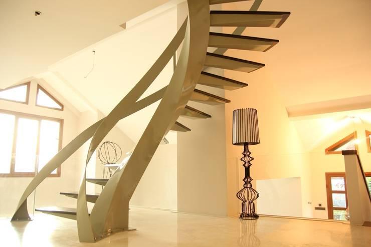 Vestíbulos, pasillos y escaleras de estilo  por Visal Merdiven