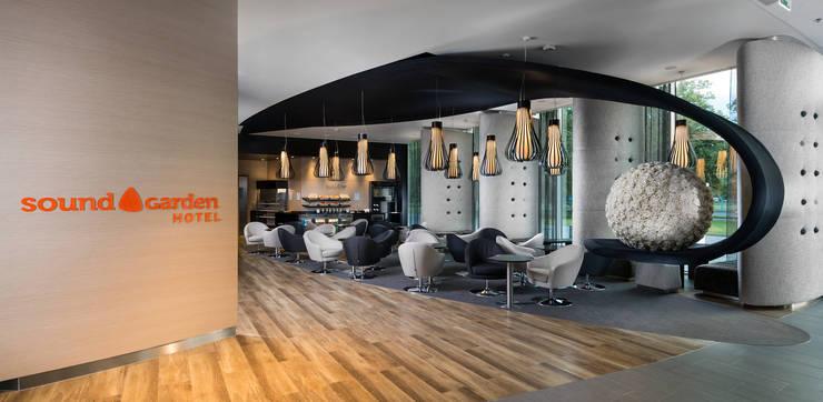 Lobby Sound Garden Hotel: styl , w kategorii Hotele zaprojektowany przez T3 Studio