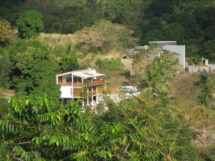 LAUTE house - view from next hill: Maisons de style de style Tropical par STUDY CASE sas d'Architecture