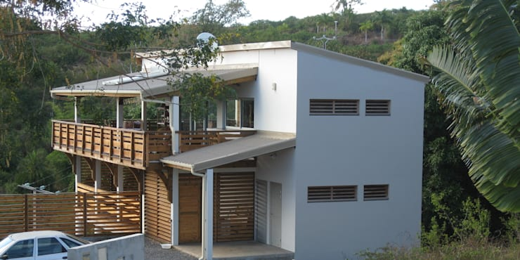 LAUTE house - outside view: Maisons de style de style Tropical par STUDY CASE sas d'Architecture