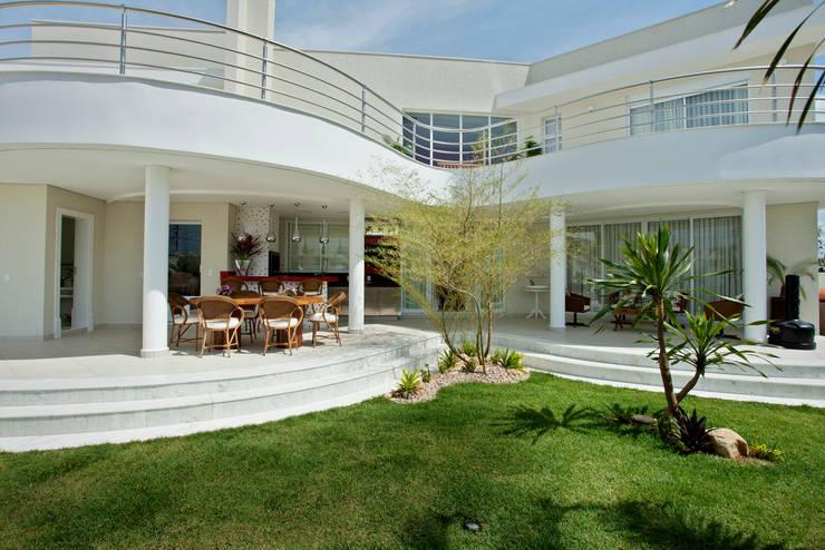 Jardín de estilo  por Designer de Interiores e Paisagista Iara Kílaris