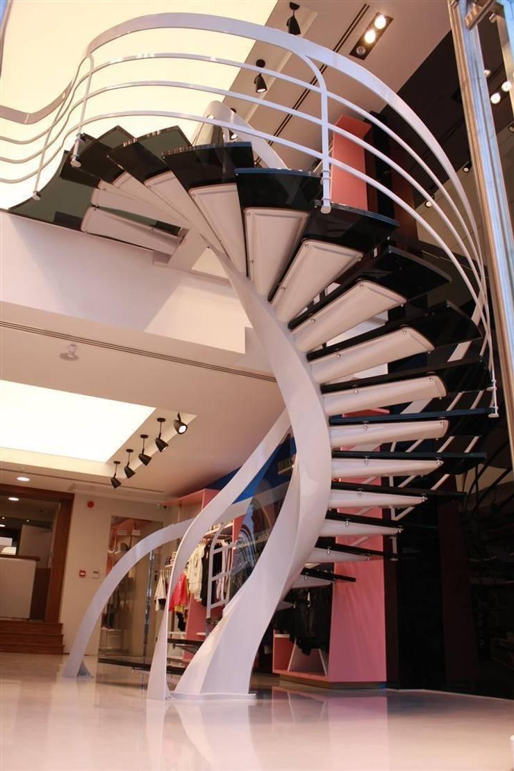 Visal Merdiven – NJW London - İstanbul: modern tarz Koridor, Hol & Merdivenler