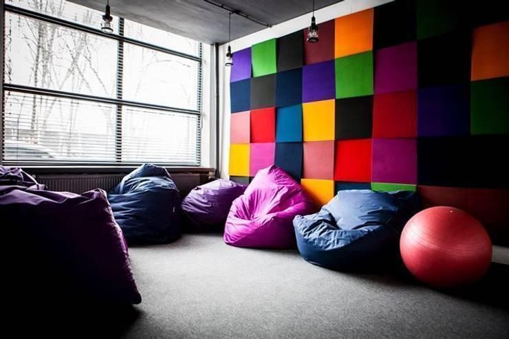 Aranżacja biura w odcinku 13 w Dekoradach: styl , w kategorii Przestrzenie biurowe i magazynowe zaprojektowany przez FLUFFO fabryka miękkich ścian
