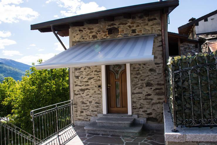Tenda da sole: Balcone, Veranda & Terrazzo in stile  di Parolini tende