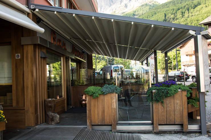 Balcones y terrazas de estilo  por Parolini tende