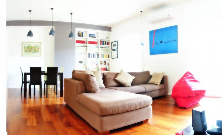Open space e colore per una giovane famiglia: Soggiorno in stile in stile Moderno di Archgallery