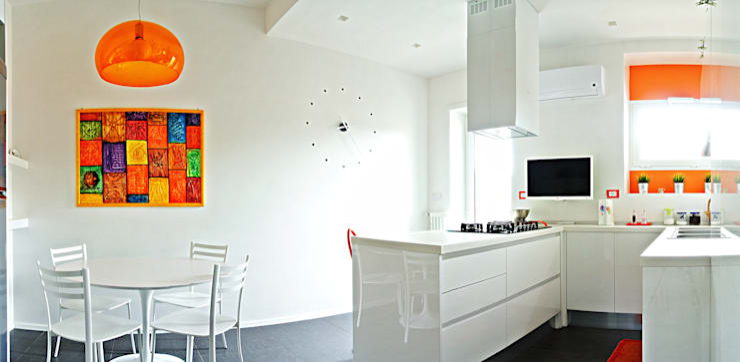 Open space e colore per una giovane famiglia: Cucina in stile in stile Moderno di Archgallery