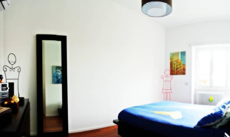 Open space e colore per una giovane famiglia: Camera da letto in stile in stile Moderno di Archgallery