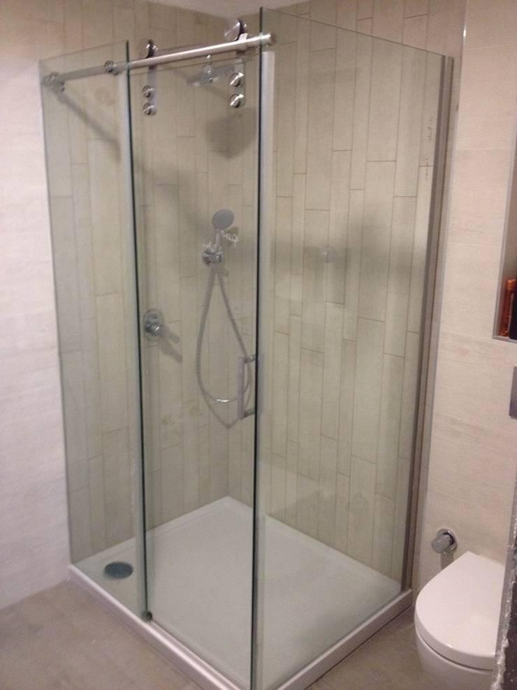 reflektecamdusakabin – Klavuz Ray 1 Sistem /  10mm Şeffaf Cam / L Kurulumuş  Duşakabin:  tarz Banyo, Akdeniz