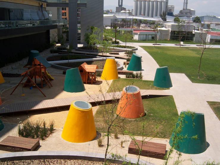 Tragaluces cónicos: Jardines de estilo  por KVR Arquitectura de paisaje