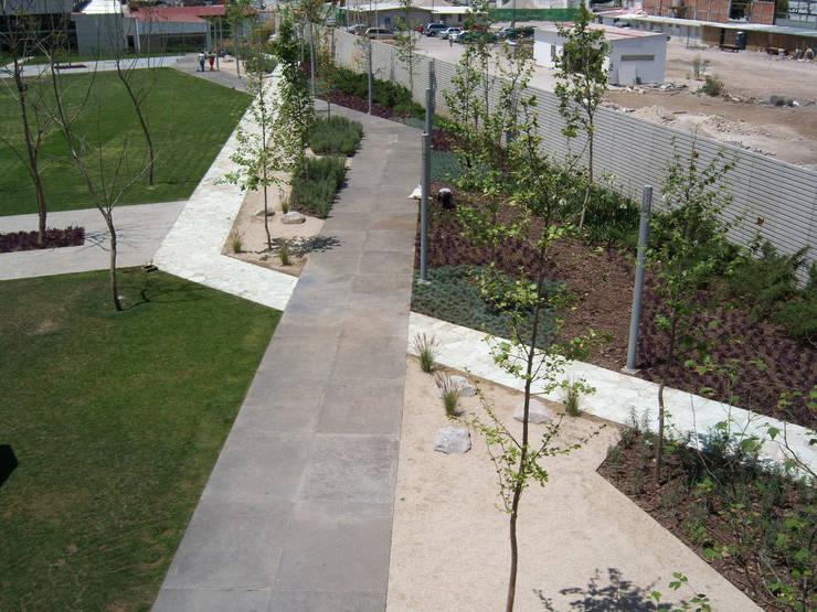 Circuitos peatonales: Jardines de estilo  por KVR Arquitectura de paisaje