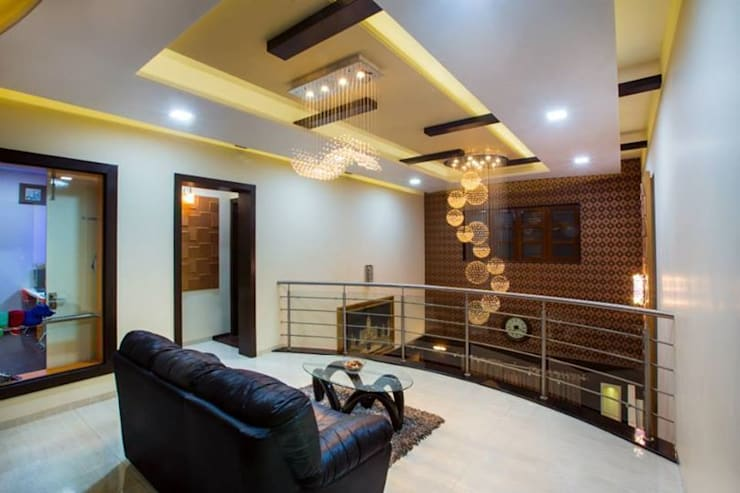 Mr Mulla Residence :  Corridor & hallway by Srujan Interiors & Architects Pvt Ltd