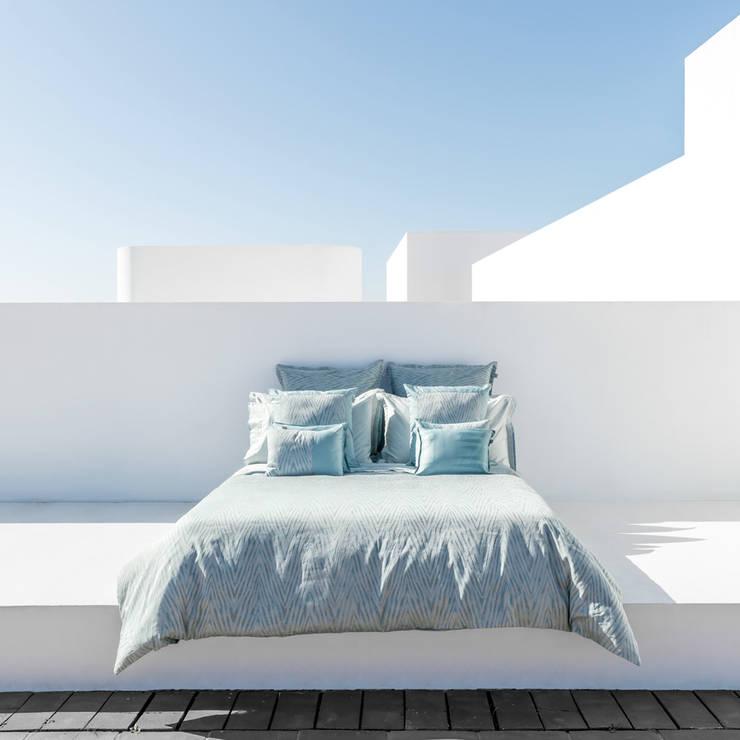 HOUSSE DE COUETTE BLUE MOOD: Chambre de style  par KSL LIVING