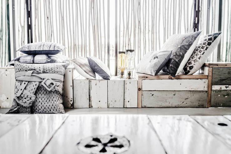 COUSSIN TRICOT ICED BLOOM: Chambre de style  par KSL LIVING