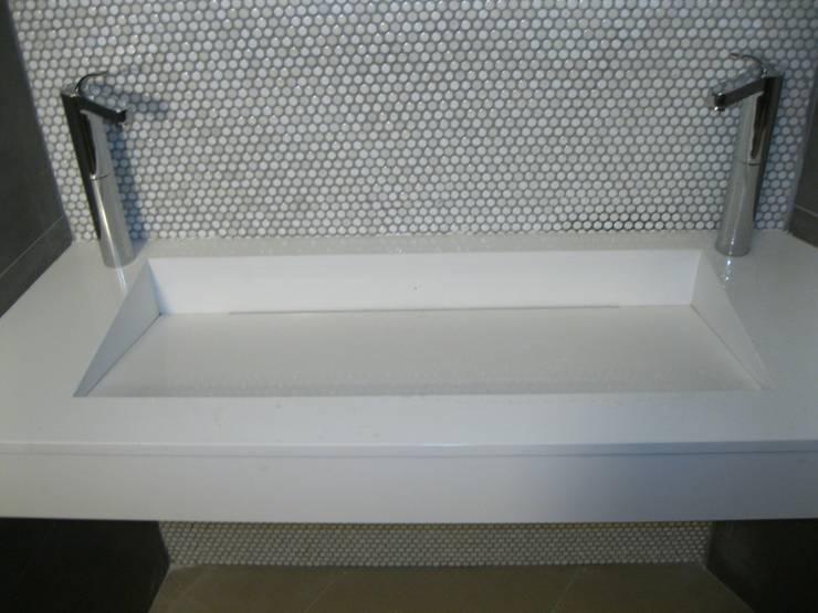 lavabo en blanco: Baños de estilo  de marmoles la pedrera