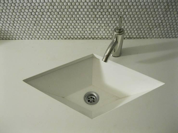 lavabo en rombo.: Baños de estilo  de marmoles la pedrera