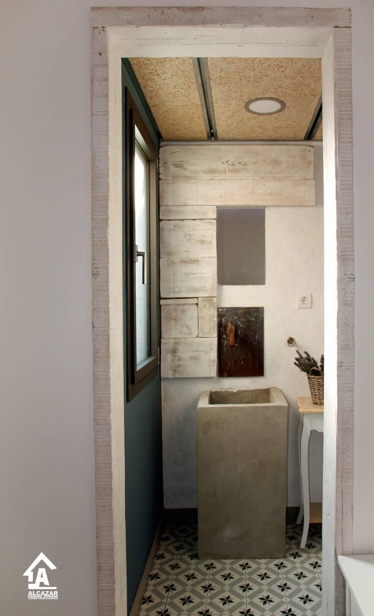 Bathroom by Alcazar Construcciones, Eclectic