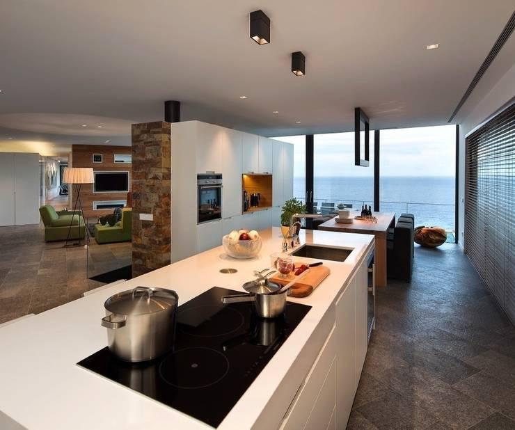 Vista general del espacio interior. Zona de cocina-comedor-estar.: Cocinas de estilo moderno de VelezCarrascoArquitecto VCArq