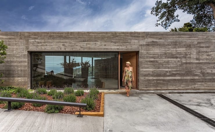 Acceso a la vivienda.: Casas de estilo moderno de VelezCarrascoArquitecto VCArq