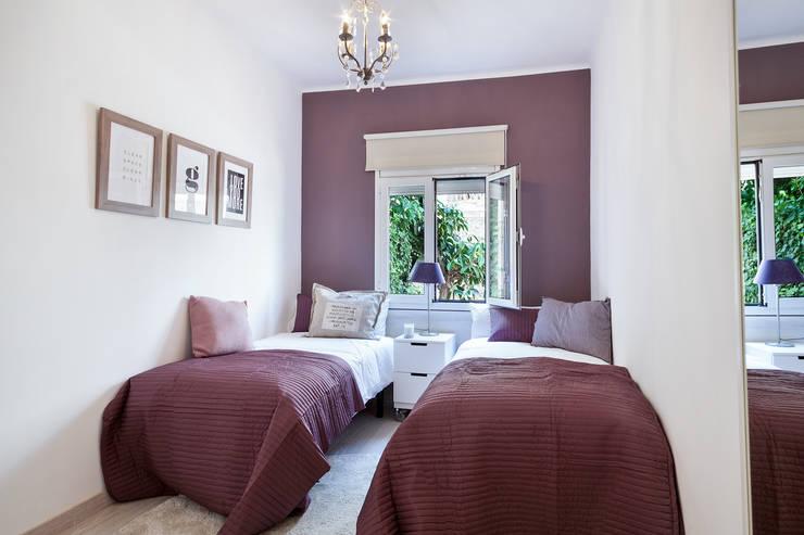 DECORACION Y ASESORAMIENTO DE PISO TURISTICO JUNTO AL PARQUE GUELL DE BARCELONA BY HOME DECO : Dormitorios de estilo  de Home Deco Decoración