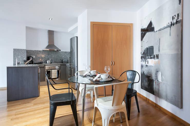 DECORACION DE PISO TURISTICO EN DIAGONAL MAR by JUDITH FARRAN de HOMED ECO : Comedor de estilo  de Home Deco Decoración