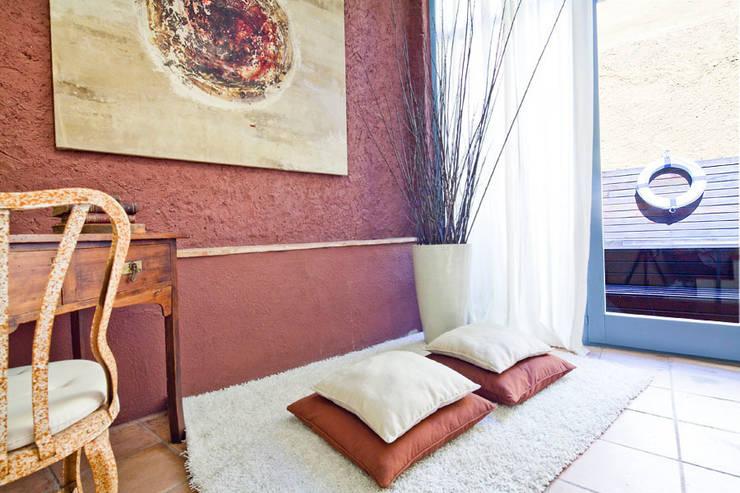ALQUILER DE CASA EN EL EMPORDA CON MUCHO ENCANTO , decoradora JUDITH FARRAN : Pasillos y vestíbulos de estilo  de Home Deco Decoración