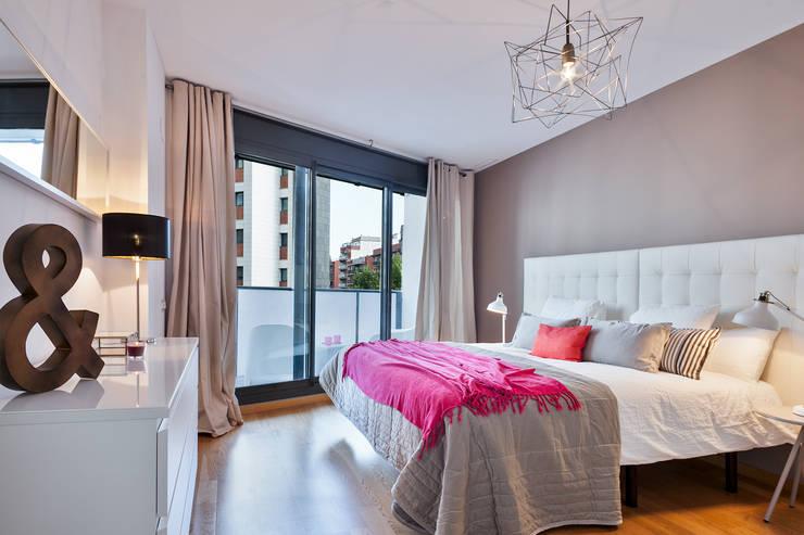 DECORACION DE PISO TURISTICO EN DIAGONAL MAR by JUDITH FARRAN de HOMED ECO : Dormitorios de estilo  de Home Deco Decoración