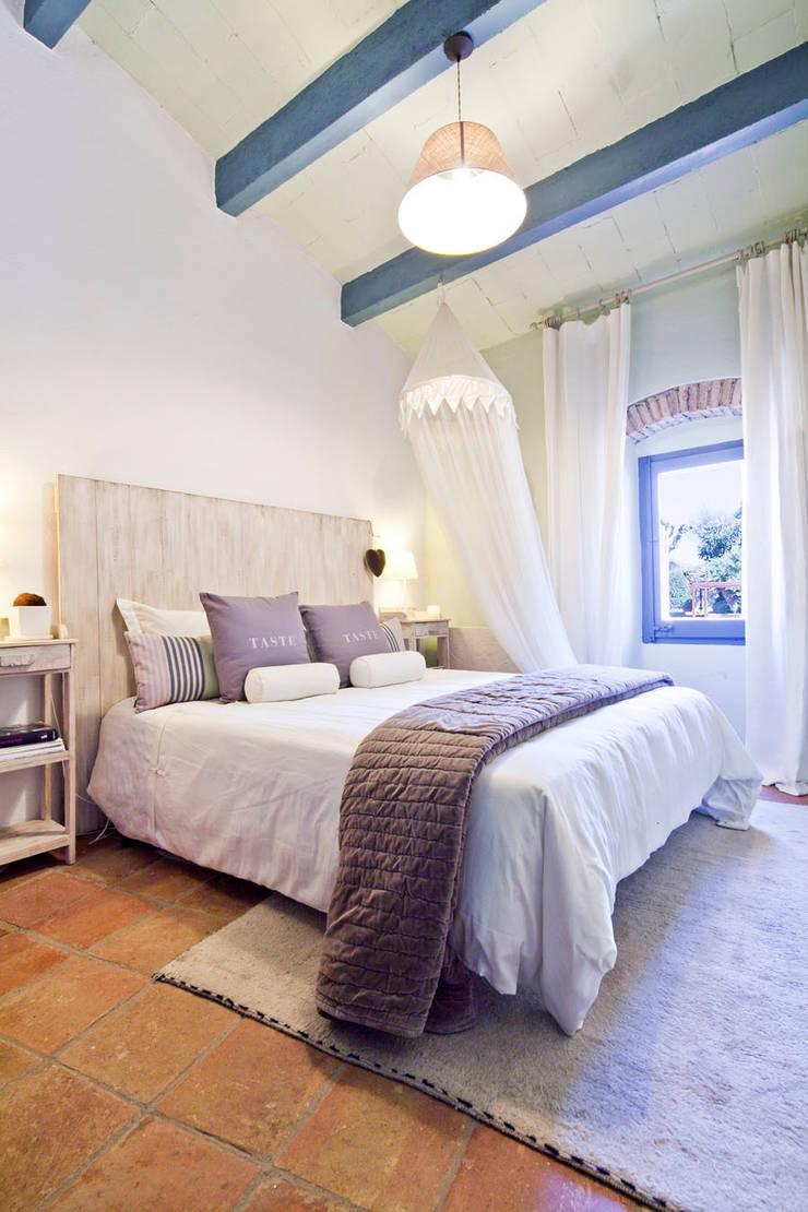 ALQUILER DE CASA EN EL EMPORDA CON MUCHO ENCANTO , decoradora JUDITH FARRAN : Dormitorios de estilo  de Home Deco Decoración
