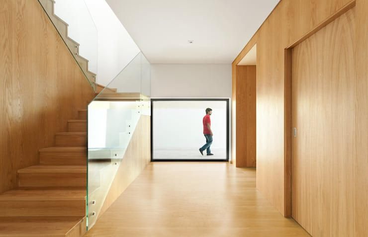 PM House: Corredores e halls de entrada  por m2.senos