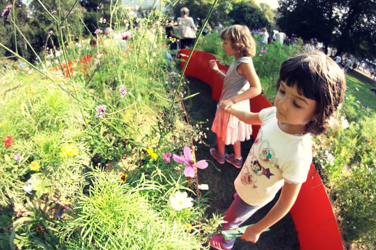 spazio gioco e di scoperta per tutti : Giardino in stile in stile Moderno di GREENCURE - landscape & healing gardens