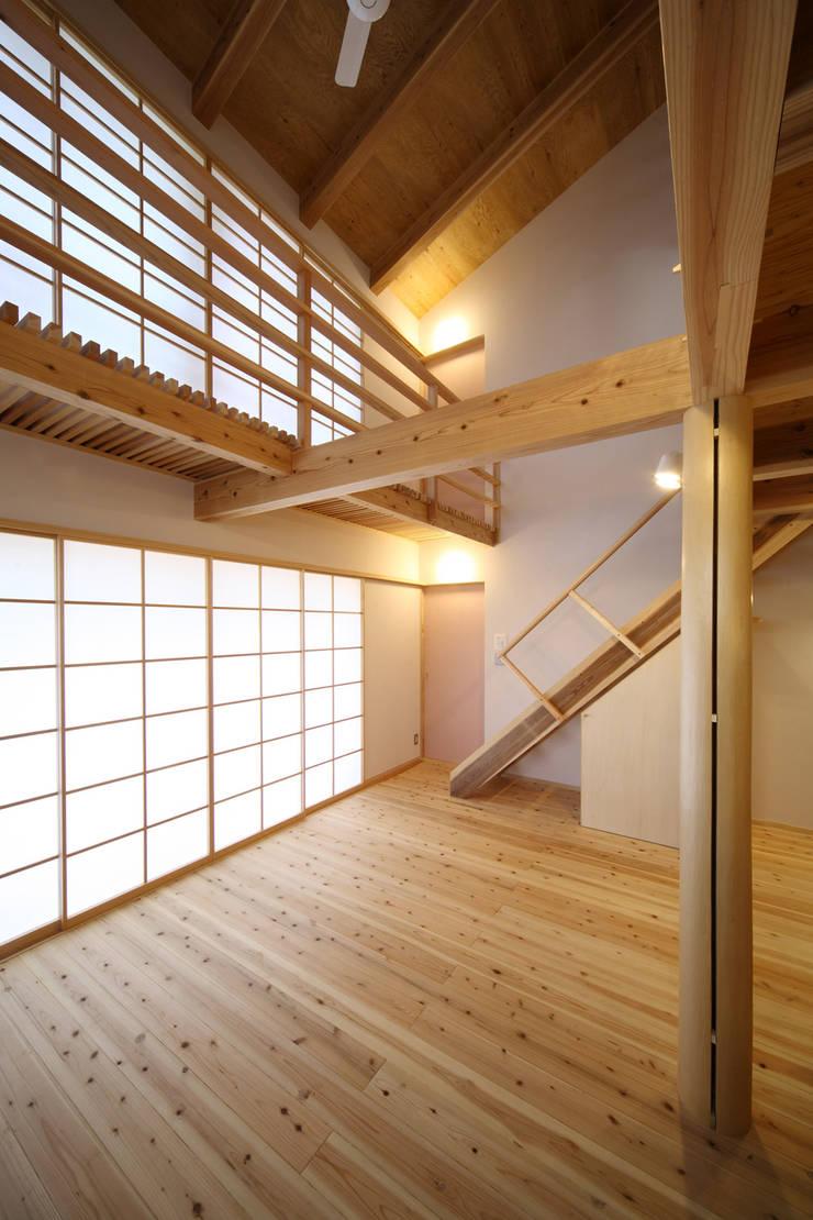 リビング: 芦田成人建築設計事務所が手掛けたリビングです。,オリジナル