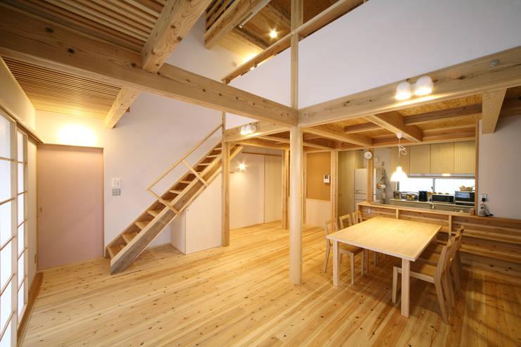 リビングダイニング: 芦田成人建築設計事務所が手掛けたリビングです。,オリジナル