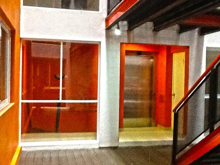 Acceso Departamentos: Pasillos y recibidores de estilo  por Grupo Siobles