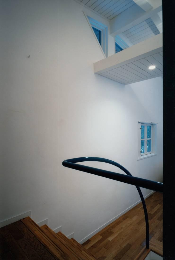 軽井沢Y山荘階段1: 株式会社ラウムアソシエイツ一級建築士事務所が手掛けた廊下 & 玄関です。