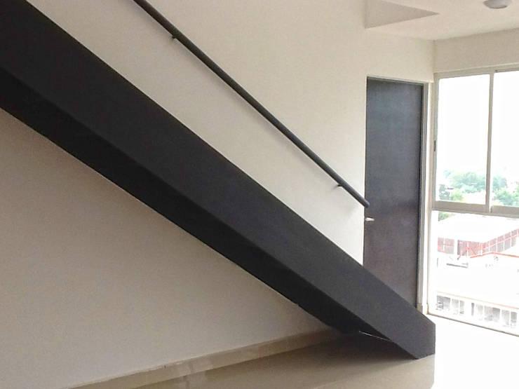 Departamentos: Pasillos y recibidores de estilo  por Grupo Siobles