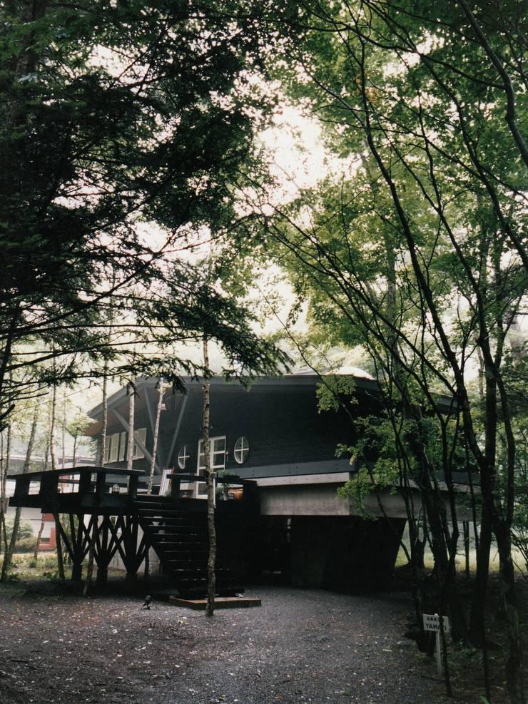 軽井沢Y山荘アプローチ: 株式会社ラウムアソシエイツ一級建築士事務所が手掛けた庭です。