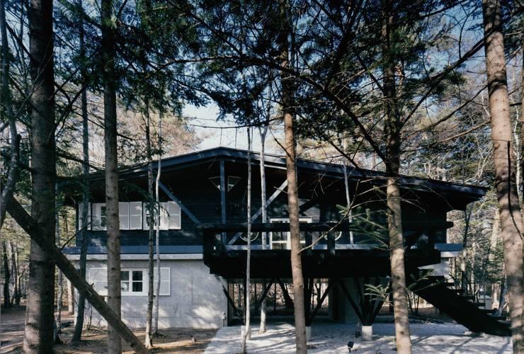 軽井沢Y山荘外観1: 株式会社ラウムアソシエイツ一級建築士事務所が手掛けた家です。