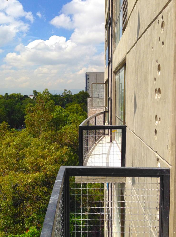 Balcones: Casas de estilo  por Grupo Siobles