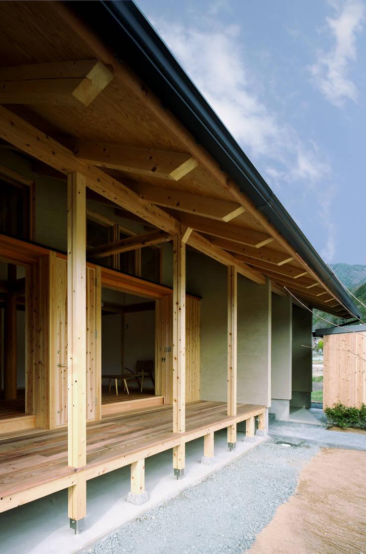 深い軒先: 芦田成人建築設計事務所が手掛けた家です。,