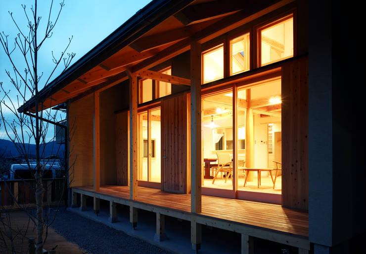 暖かな明りに包まれた室内: 芦田成人建築設計事務所が手掛けた家です。,