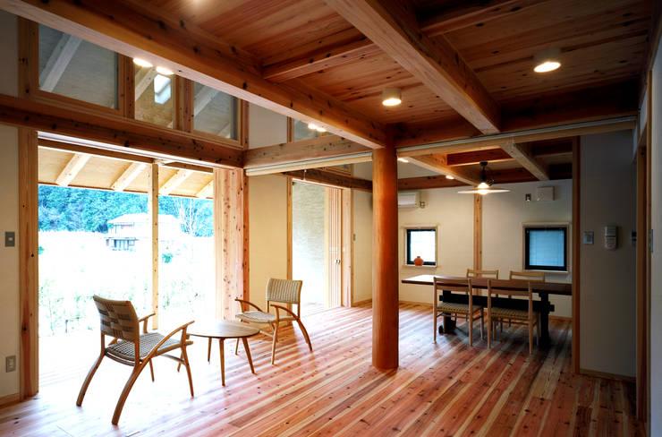 リビングダイニング: 芦田成人建築設計事務所が手掛けたリビングです。,