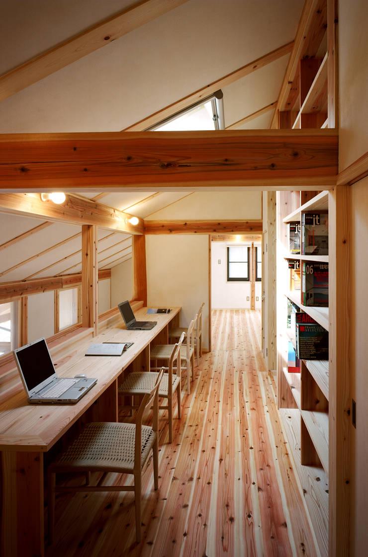 ワークスペース: 芦田成人建築設計事務所が手掛けた書斎です。,